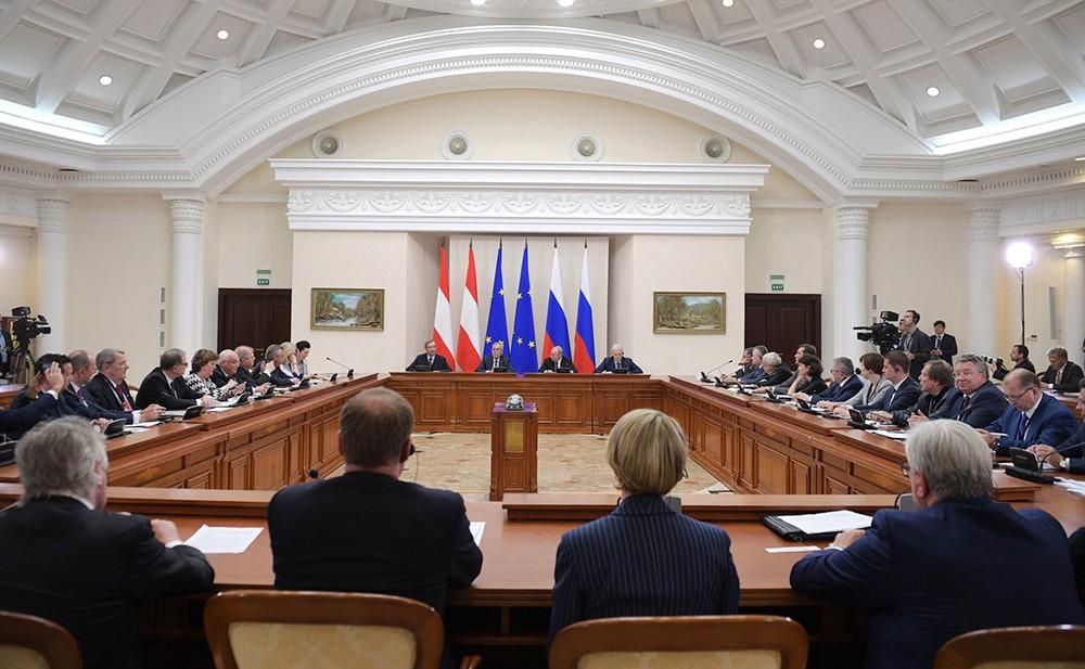 Владимир Путин и Александр Ван дер Беллен на переговорах