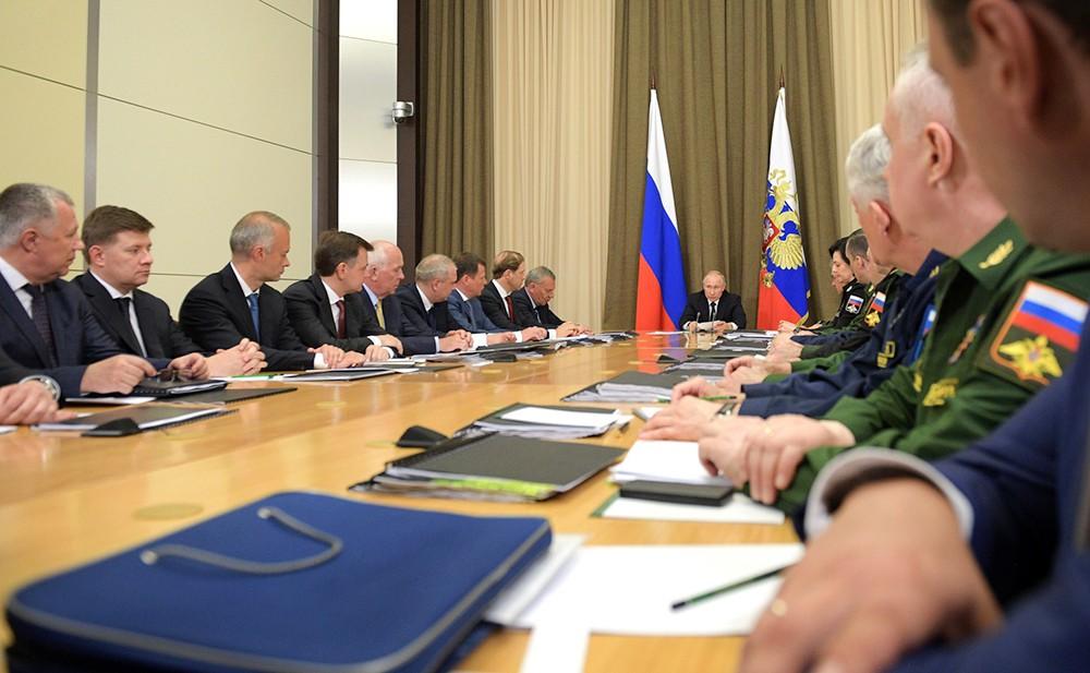 Владимир Путин проводит совещание с руководством Минобороны и предприятий ОПК