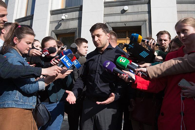 Владимир Зеленский общается с прессой