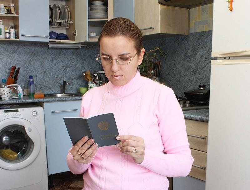 Женщина с трудовой книжкой в руках