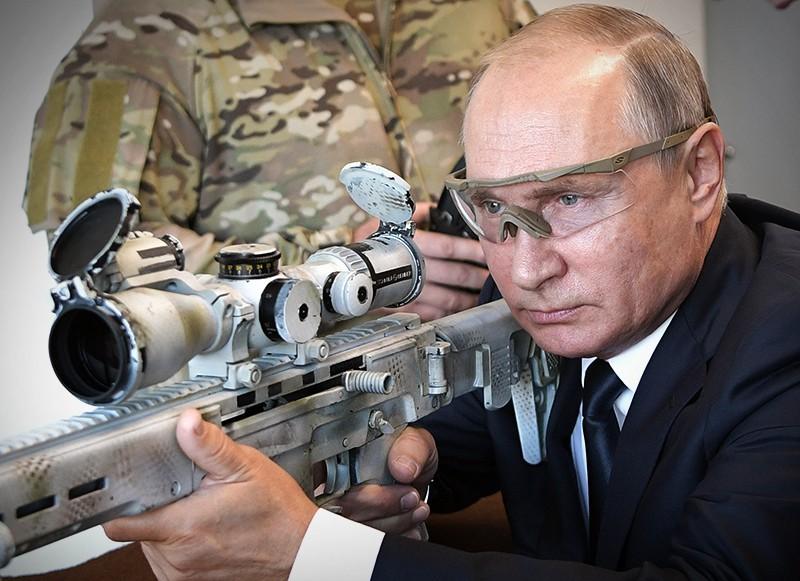 Владимир Путин стреляет из снайперской винтовки
