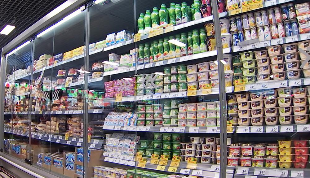 Холодильник с йогуртами в супермаркете