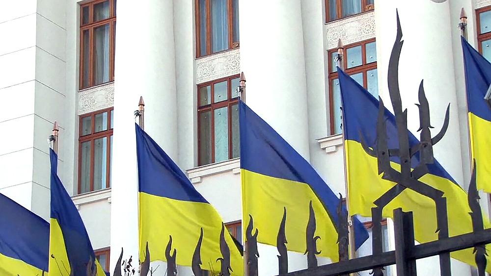Флаги Украины за забором