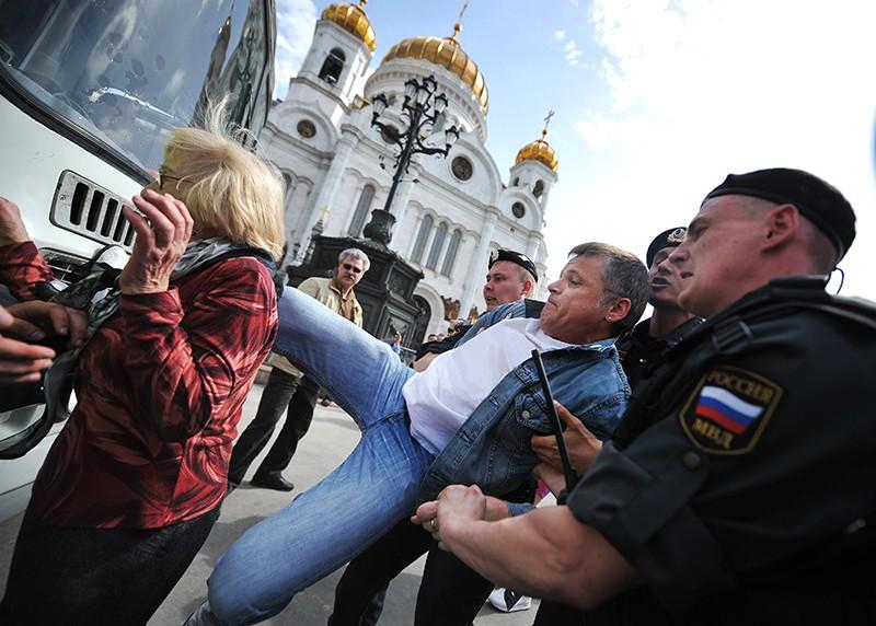 Полиция задерживает мужчину у Храма Христа Спасителя