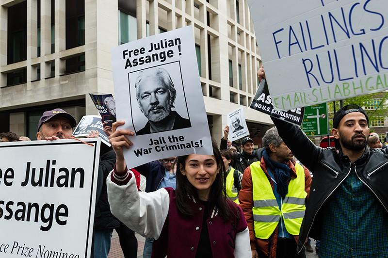 Сторонники Джулиана Ассанжа во время акции протеста