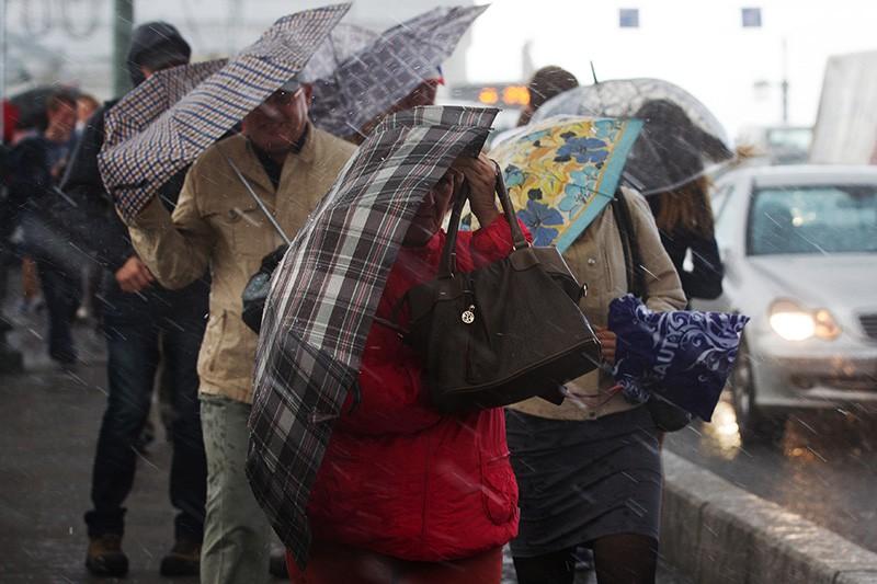 Прохожие во время сильного дождя