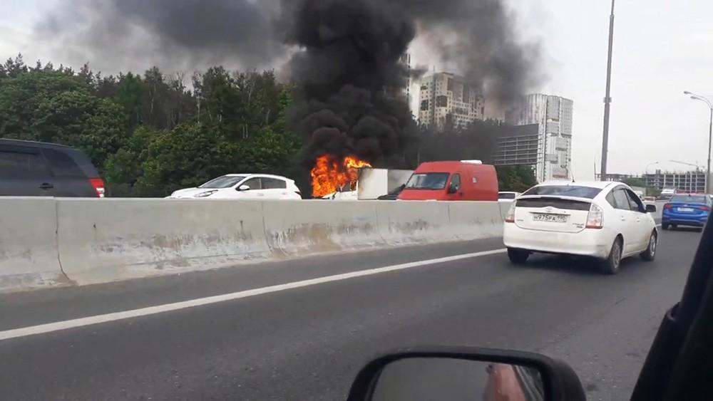 """Возгорание автомобиля """"Газель"""" на МКАД"""