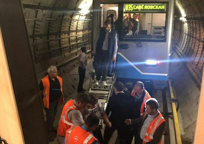 Сотрудники московского метро переводят пассажиров в исправный поезд в тоннеле Солнцевской линии