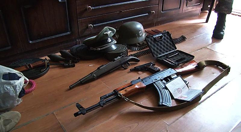 Огнестрельное оружие и нацистская атребутика
