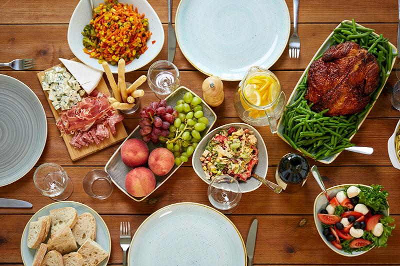 Стол с различными блюдами