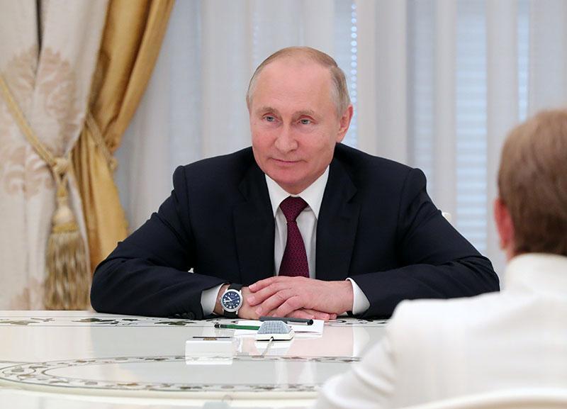 Владимир Путин во время встречи с ушедшими в отставку руководителями ряда субъектов России