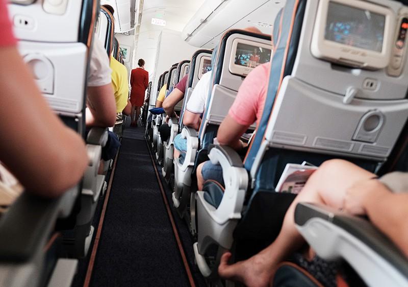 Пассажиры и бортпроводница в самолете