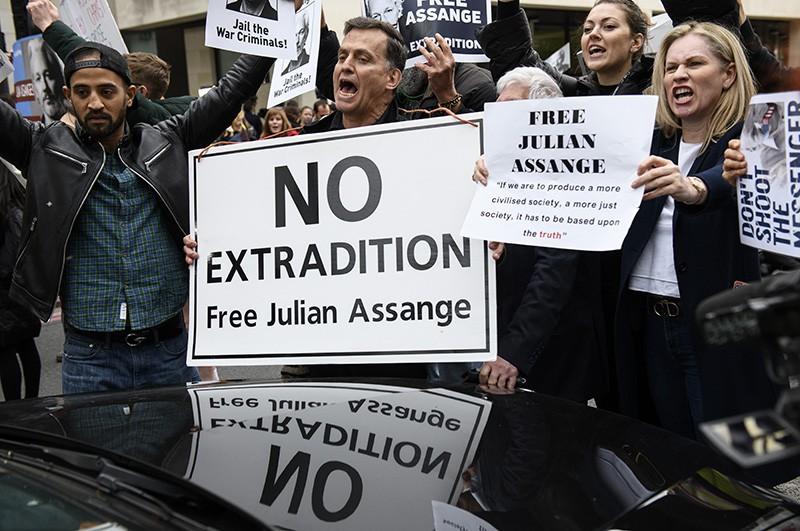 Участники акции в поддержку основателя WikiLeaks Джулиана Ассанжа