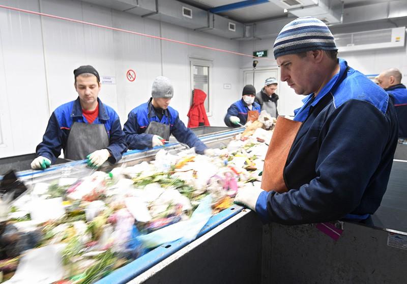 Работники сортируют мусор