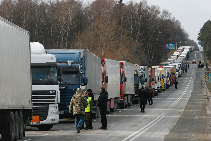 Очереди из грузовиков перед таможней