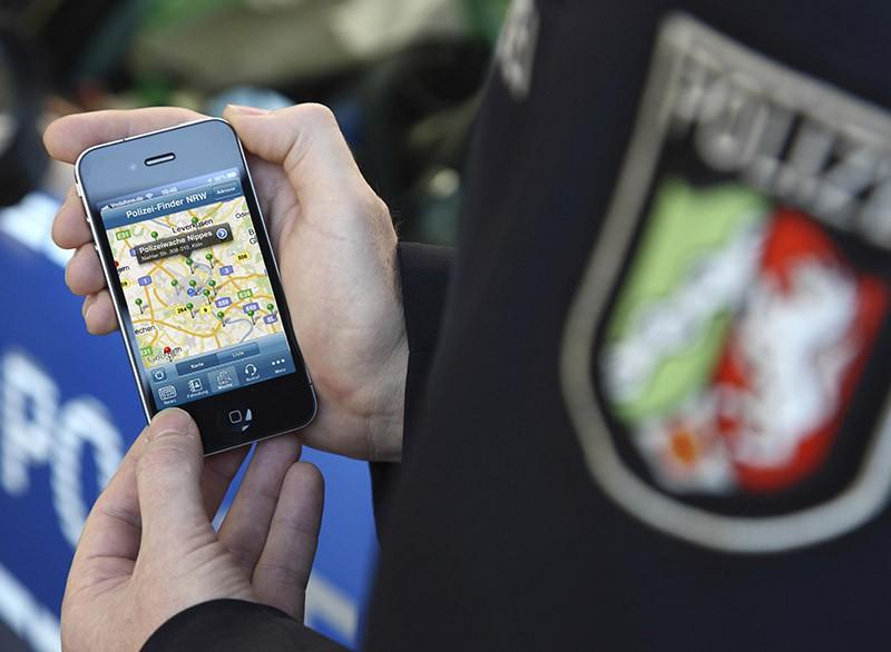 Полицейский Германии с телефоном
