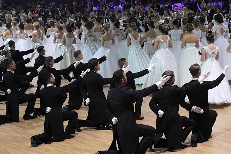Участники благотворительного Венского бала в Гостином дворе в Москве