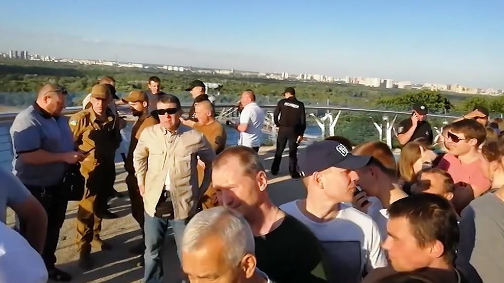 Новый пешеходный мост в Киеве треснул