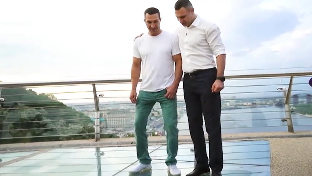 Братья Кличко проверяют на прочность новый пешеходный мост в Киеве
