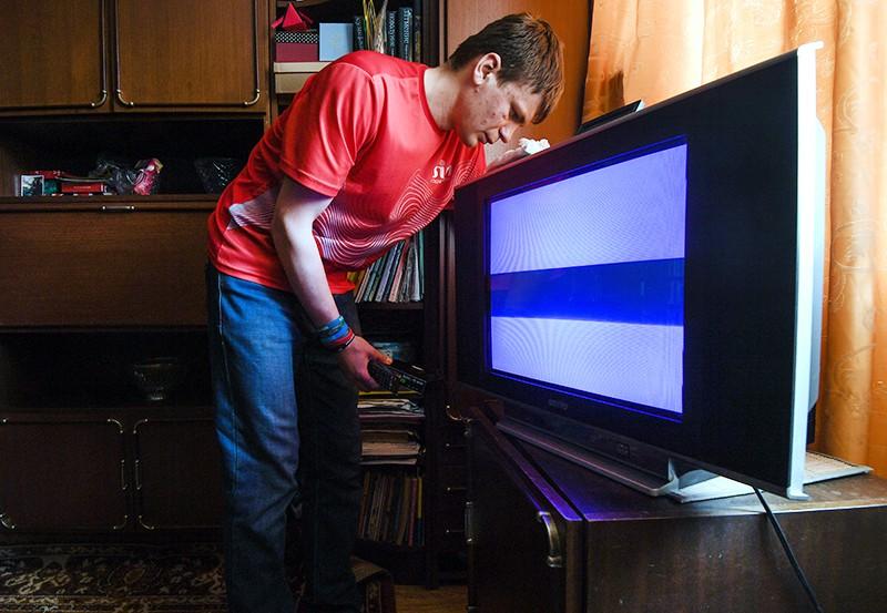 """Волонтер """"Волонтёрского корпуса Новосибирской области"""" помогает в настройке цифровой приставки"""