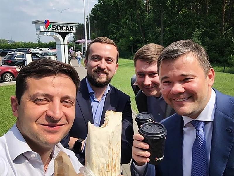 Владимир Зеленский ест шаурму