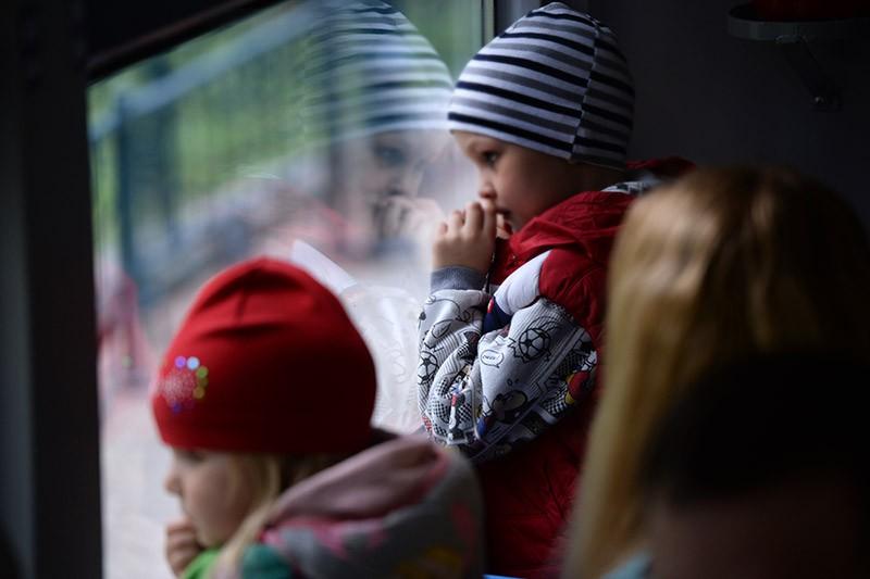 Дети смотрят в окно