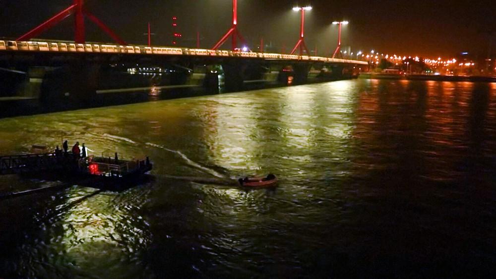 Венгерские спасатели на месте затонувшего корабля на Дунае