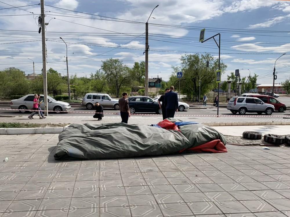 Следователи на месте падения детей с батута в Улан-Удэ