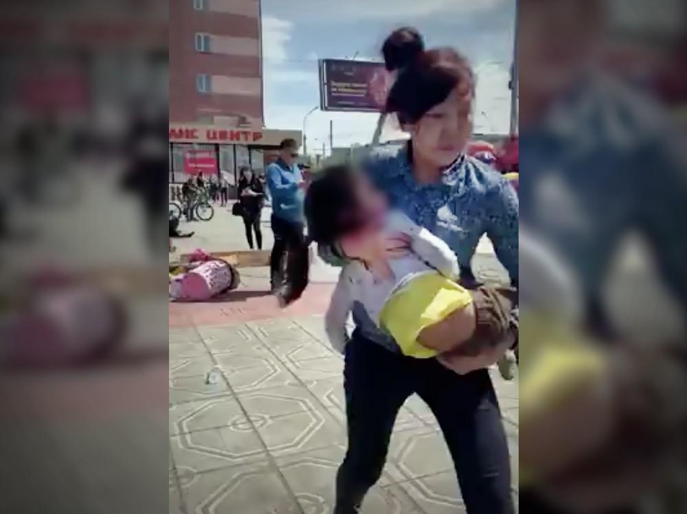 Родители уносят детей пострадавших на батуте в Клан-Удэ