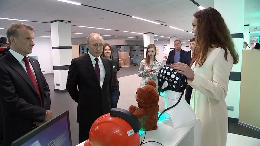 Владимир Путин осматривает выставочный стенд