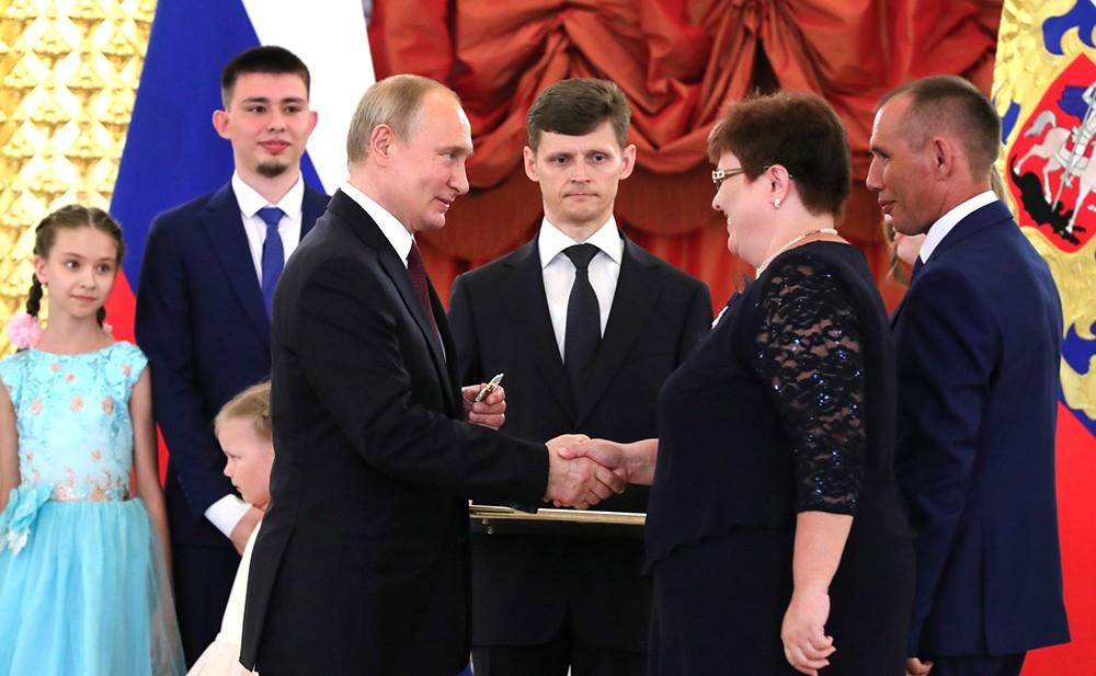 Владимир Путин с многодетной семьей