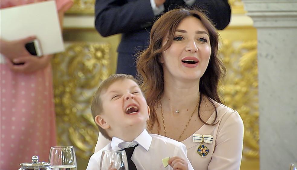 Мальчик ест лайм