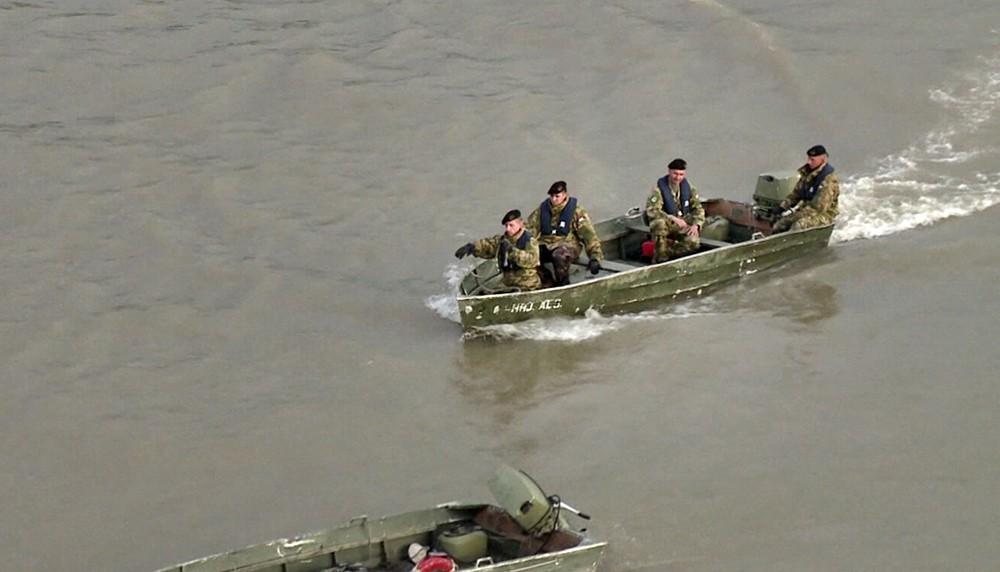 Венгерские военные в лодке
