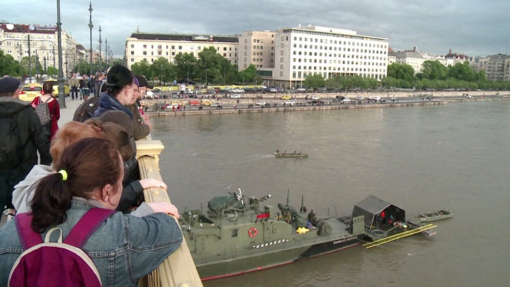 Люди на месте затонувшего катер в Будапеште