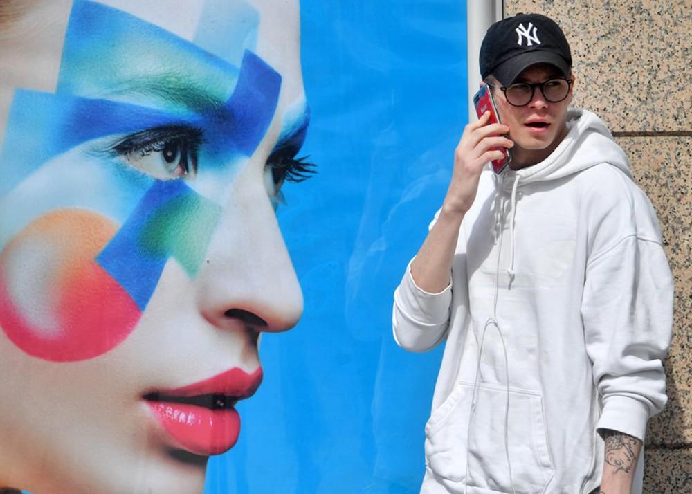 Парень разговаривает по смартфону