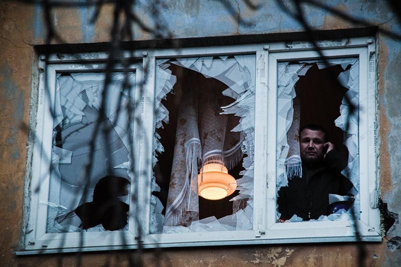 Выбитые взрывной волной стекла в доме