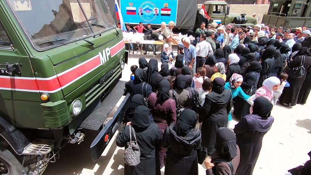Жители Сирии в очереди за гуманитарной помощью