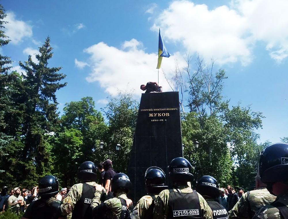 Снос памятника Георгию Жукову в Харькове