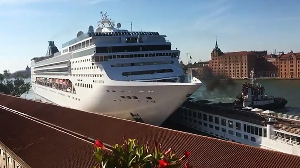 Лайнер MSC Opera протаранил прогулочное судно в Венеции