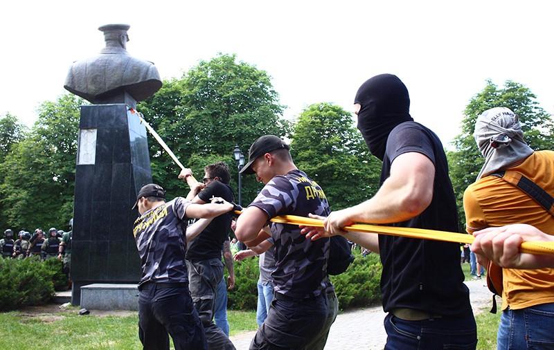 Представители националистических организаций с помощью троса пытаются повалить бюст маршала Георгия Жукова