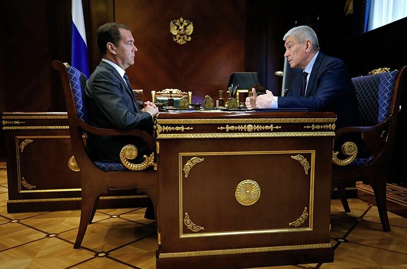 Председатель правительства РФ Дмитрий Медведев и руководитель Федеральной службы по финансовому мониторингу Юрий Чиханчин (