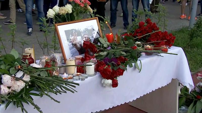 Цветы и свечи на месте убийства Никиты Белянкина