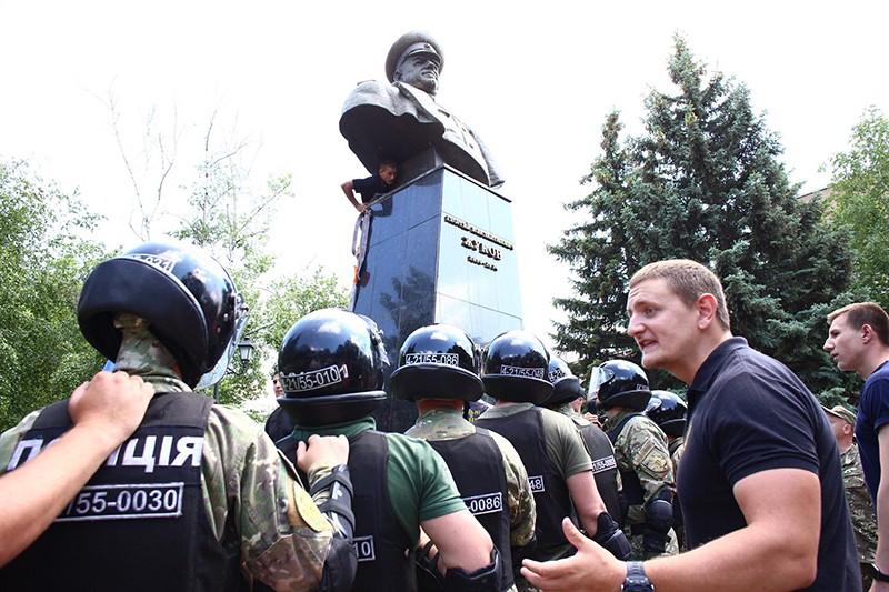 Сотрудники полиции стоят в оцеплении вокруг бюста маршала Георгия Жукова