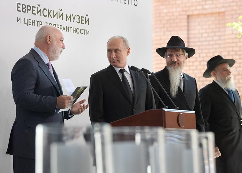 Президент РФ Владимир Путин во время церемонии открытия памятника Героям сопротивления в фашистских концлагерях