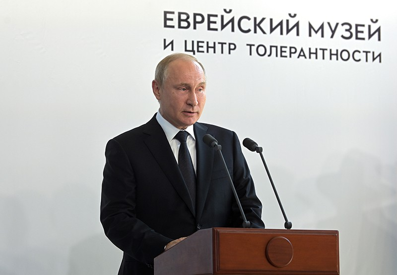 Владимир Путин выступает во время церемонии открытия памятника