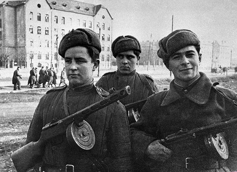Советские военные на улицах освобожденного Будапешта