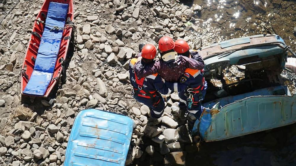 Спасатели поднимают пострадавшего