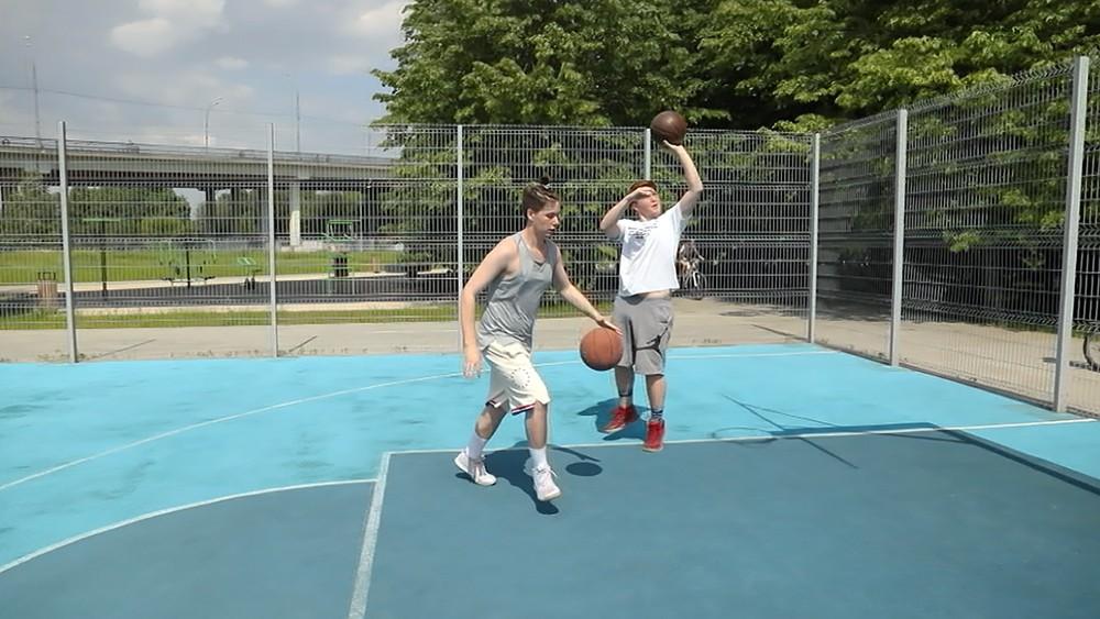 Баскетбольная площадка в парке