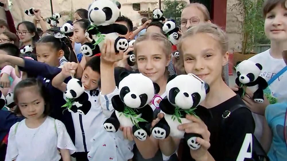 Дети с игрушечными пандами