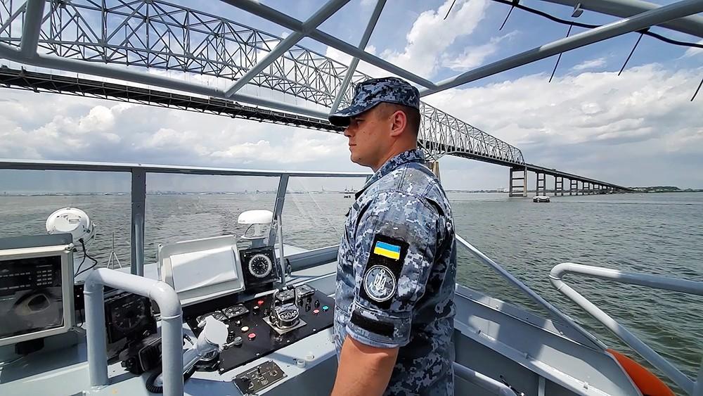 Катер ВМС Украины проходит под мостом